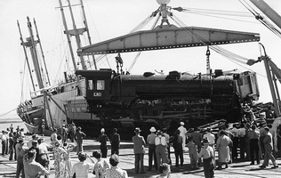 16.3.1951,Commonwealth Railways,Port Augusta - unloading of McArthur Loomotives from s.s. Belbetty